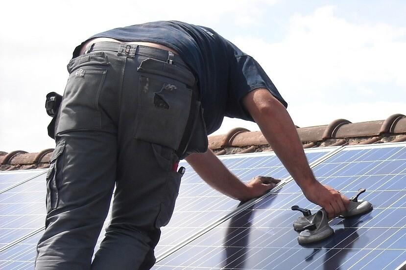 poner-placas-solares-reduce-la-factura-electrica-pero-hay-fuertes-requisitos-para-la-rentabilidad:-te-los-explicamos-a-fondo